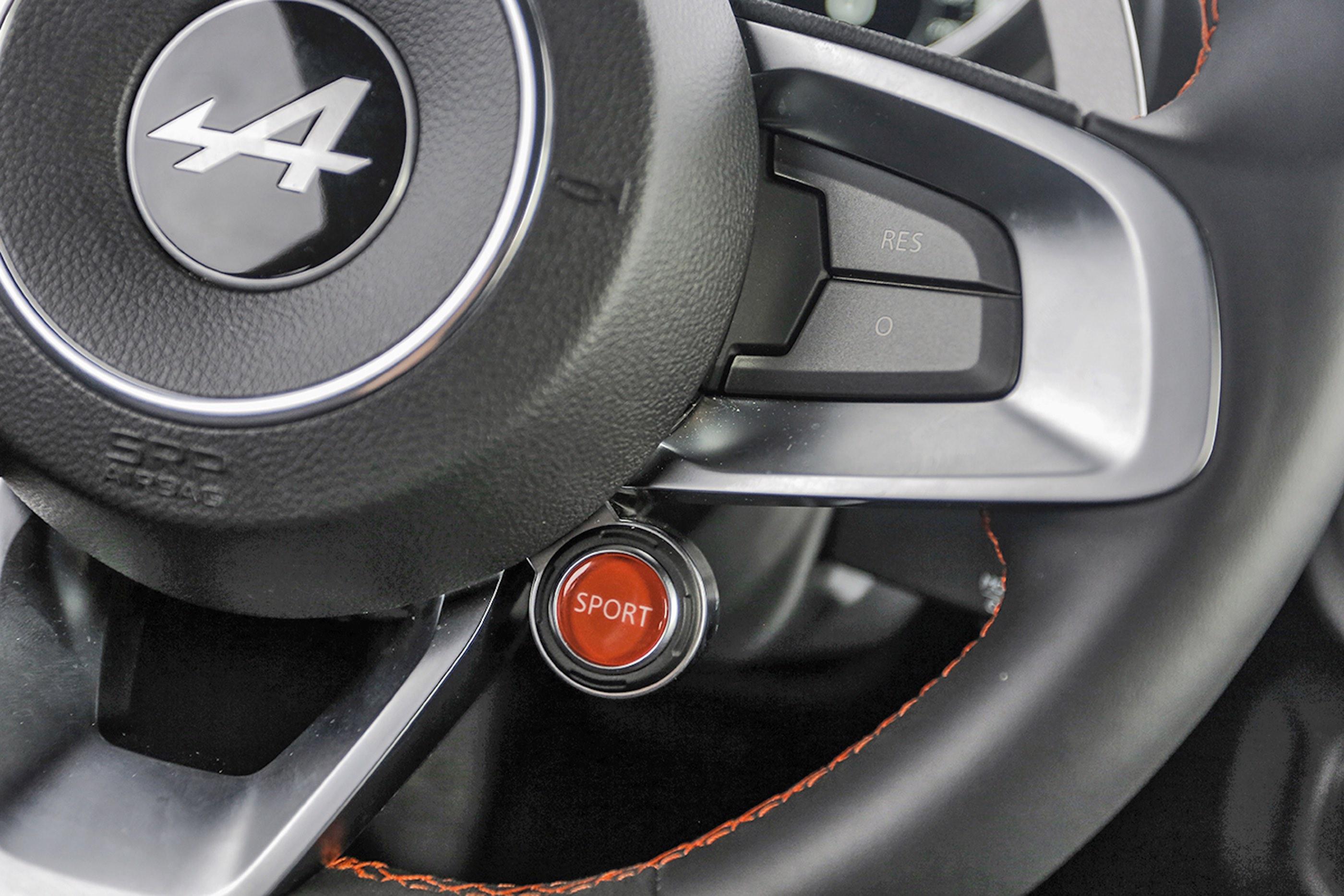 """""""Sport"""" zmienia tryby jazdy. Powyżej: zegary wTrack (są też Normal iSport), wktórym biegi obsługuje się wyłącznie łopatkami."""